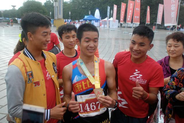 广安红马研究生跑友:马拉松带给新2全讯网中心坚韧力量