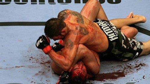 拳台悍将暴力勾拳对手倒地喷血